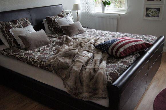 sovrum,dubbelsäng,sängbord,nattduksbord,sängkläder