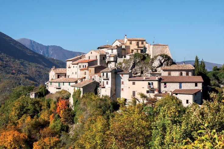 """Rocchetta, frazione del Comune di Cerreto di Spoleto, deriva il nome dal diminutivo di """"rocca"""", toponimo comunissimo del sec. XIV, indicante """"fortezza"""" sull`alto di un monte.  La tipologia urbanistica di Rocchetta è quella del castello di poggio sito lungo l`antica Via Casciana, a dominio della valle del Tissino, perfettamente allineata con i centri di Usigni, Poggiodomo e Roccatamburo, lungo l`itinerario che provenendo dalla Sabina e da Monteleone di Spoleto, raggiungeva il nodo stradale di…"""