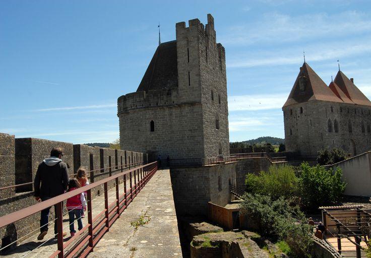 Nous avons visités la Cité de Carcassonne (située dans le département de l'Aude). Située sur la rive droite de l'Aude, la Cité médiévale compte 52 tours et une double enceinte qui totalisent 3 km de remparts.