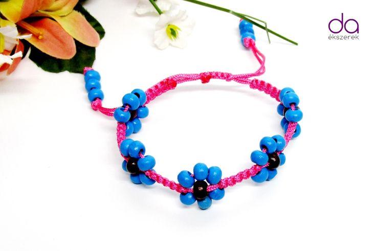 Pinkszínű szatén selyemzsinórralés fa gyöngyökkel készített karkötő…