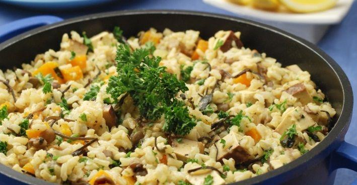 Il riso affumicato con lelenticchieè un piatto di ispirazione indiana insaporito con delle gustose alghe e spezie, una manciata di prezzemolo e una spruzzata di limone. Per preparare un piatto di riso affumicato e lenticchie per 4 persone occorrono: - 400g di riso basmati integrale - 100g di lenticchie - un panetto di tofu affumicato - un peperone arancione o rosso - una cipolla - 3 spicchi d'aglio - 3 spicchi di limone - 3 cucchiai di arame - 3 cucchiai di nori - 6 cucchiai di brodo ve...