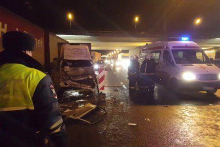 Последствия ДТП с участием фургона и мусоровоза на 105 км МКАД
