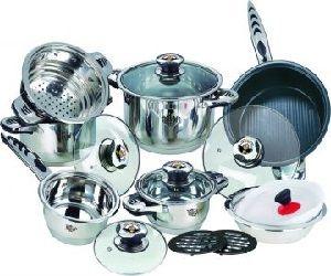 Посуда из нержавеющей стали не меняет вкус пищи, хорошо переносит воздействие различных кислот и щелочей. За посудой из нержавейки необходим правильный уход