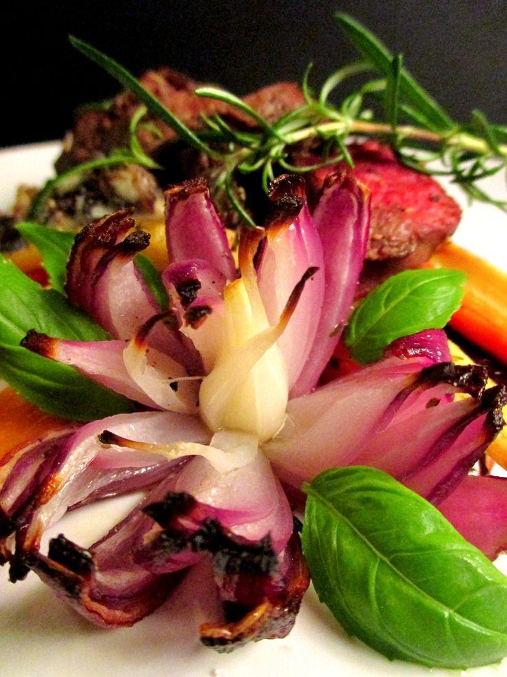 Silmänruoka on puoli ruokaa. Tuunaa maistuva punasipulikukka lisukkeeksi: Tinskun keittiössä