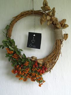 Őszi koszorúm fűzfa vesszőből fonva. Természetes anyagokkal díszítve.  Autumn wreath.