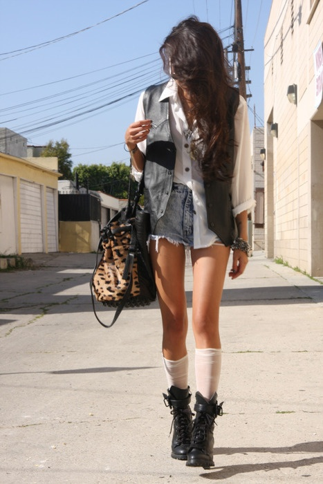 .: Street Fashion, Combatboot, Outfit, Leopards Prints, Boots Socks, White Blouses, Denim Shorts, High Waist Shorts, Combat Boots