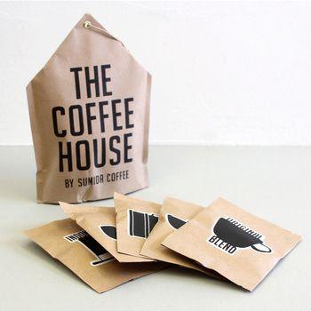 コーヒー好きにはたまらない!最高品質のスペシャルティコーヒーを自家焙煎する「すみだ珈琲」の、5種類の豆が楽しめるセットです。北欧チックなパッケージにもセンスを感じます。  950円(税抜)