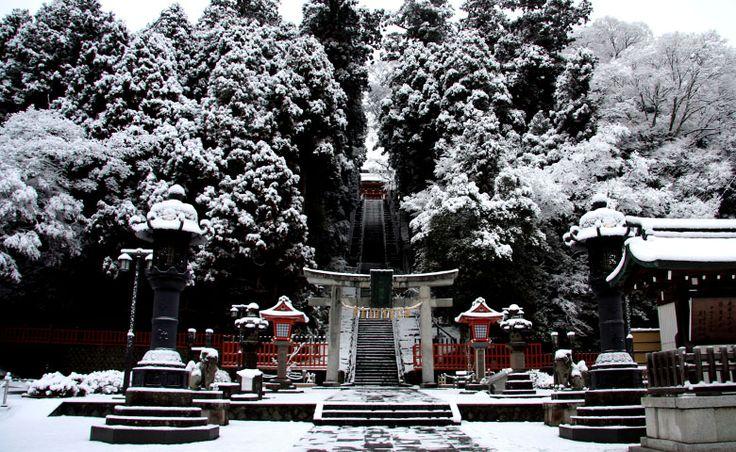 http://www.urakasumi.com/assets/en/img/aboutus/shiogama/Winter/Shiogama_Jinja_in_snow.jpg