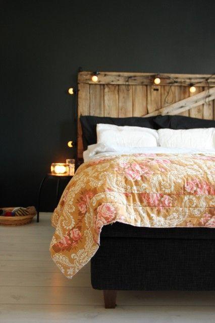 Makuuhuone ja retro täkki.  http://kirpparikeijunkotona.blogspot.fi/