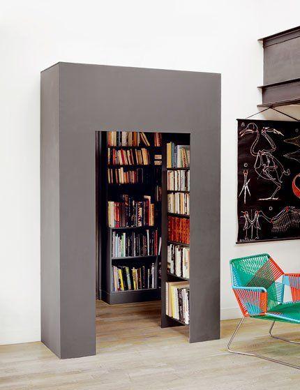 Coffrage ingénieux : un caisson en médium peint en gris foncé « Off-Black » de chez Farrow&Ball a été installé à la place de la porte. Résultat, de nouvelles perspectives depuis le salon doublées d'étagères pour ranger encore plus de livres.
