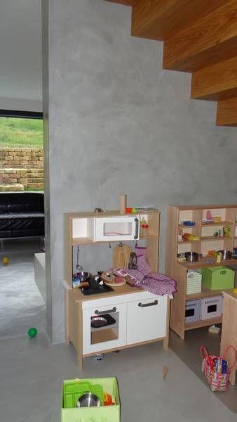 Kinderplatz unter der Treppe