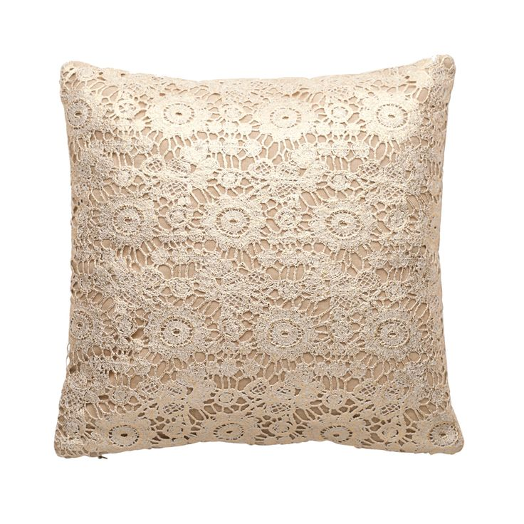Elegant Embroid Gold 30×30 fra Cozy Living. Vi har den hos oss. https://www.krogh-design.no/interior/puter/