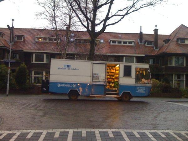 Sfeerbeeld, SRV-wagen in regenachtige provinciestad.