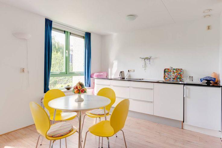 ronde tafel gele stoelen