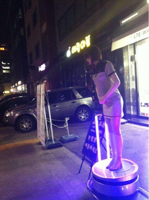 강풀 @kangfull74 / 귀갓길. 사람 없는 거리의 판촉 인형. 혼자 연신 안녕하세요. 안녕하세요. / #골목 #거리 #괴물 / 2012 05 22 /