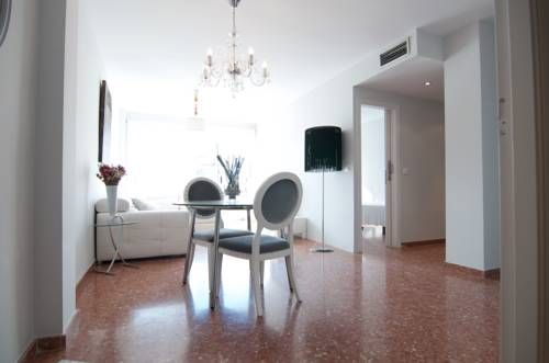 Apartamentos Artes Valencia Apartamentos Artes offers accommodation in Valencia, 500 metres from City of Arts & Sciences and 900 metres from Oceanografic. Featuring private parking, the apartment is 1.5 km from Puerto de Valencia.  Barrio del Carmen is 2.