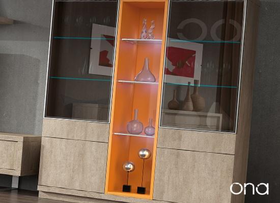 Vitrinas modernas  Las puertas de las vitrinas son de cristal y van enmarcadas en perfiles de Aluminio Brillo, dan mucha elegancia, las podemos combinar con cristales tradicionales o con cristales más exclusivos.  Uno de ellos es el SIMIL ESPEJO, es un cristal semi-opaco que se refleja como un espejo evitando ver el interior. El Cristal LUX es también semi-opaco y tiene además la virtud de que es compatible con los mandos a distancia.