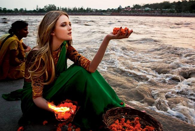 Vlada Roslyakova Himalayas India  Огонь светильников, спущенных в воды Ганга во время священного обряда Ганга Арти после полуторачасов...