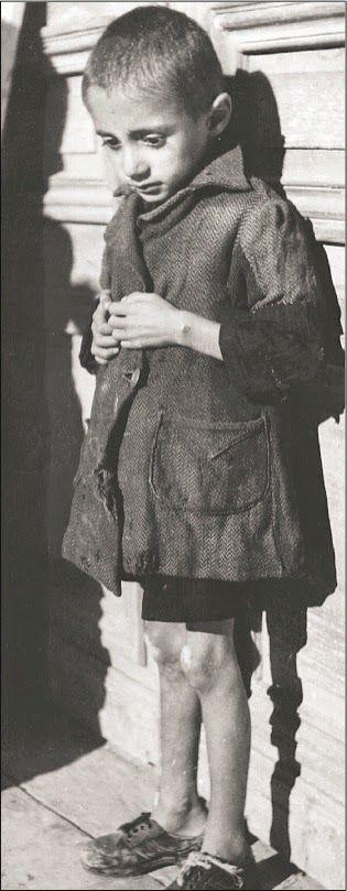 Τα συσσίτια της Κατοχής. Φωτογραφίες της Βούλας Παπαϊωάννου     ...Συνεχίζω επετειακά με παλιές ασπρόμαυρες φωτογραφίες μιας μ...