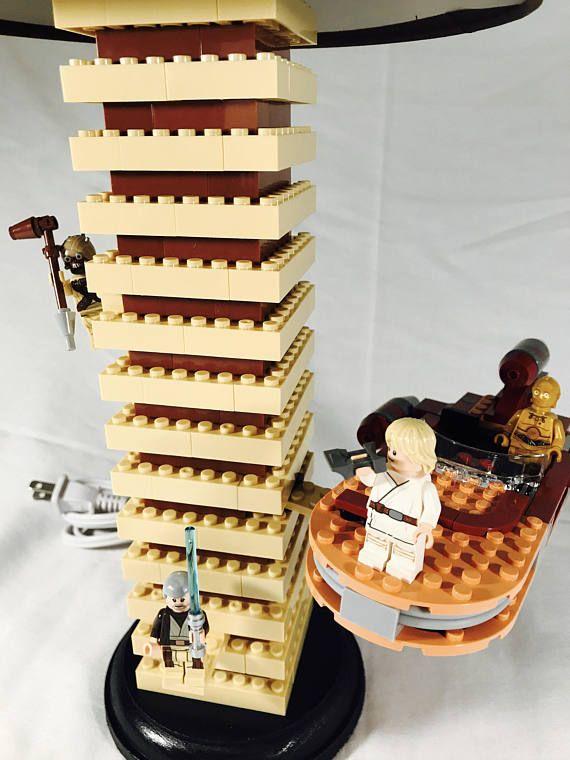 Se trata de una lámpara de Lego Wars estrella, hecho a mano. En esta lámpara son muchos accesorios interactivos. Ayudar a Luke y C-3PO rastrear leyenda Jedi Ben Kenobi en su aerodeslizador rápido. Abrir la cajuela, coge los prismáticos y escanear el hori zon, pero ten cuidado con el peligroso Tusken Raider y Rata womp hambre! Base/soporte de madera tiene una capa de fieltro por debajo para no arañazos sobre tableros de la mesa. Cortina de lámpara se incluye un costo adicional. La alt...