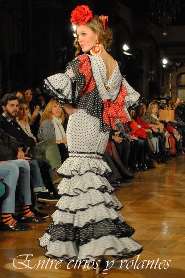 Detalles de #flamenca en rojo, blanco y negro.
