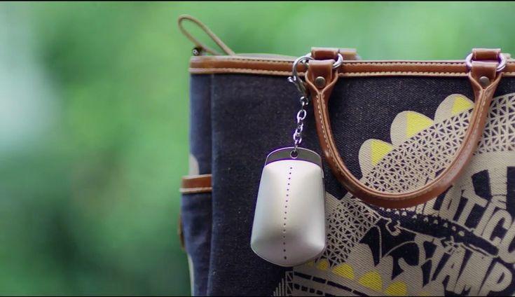 マレーシアのスポーツ用品ブランド「ash be nimble」が、ハンドバッグに装着しておく防犯グッズHandbag Dyetonatorを発表しました。この商品、SMSを送信すると破裂し、中から蛍光ピンクの粉末が飛び散る仕組み。いわば、コンビニなどが備えるカラーボールの遠隔操作版です。     紹介動画には、ミ...