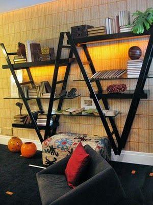 Estante criativa.  Olha o que você pode fazer com 2 escadas e umas prateleiras.  Motive-se e use sua imaginação.