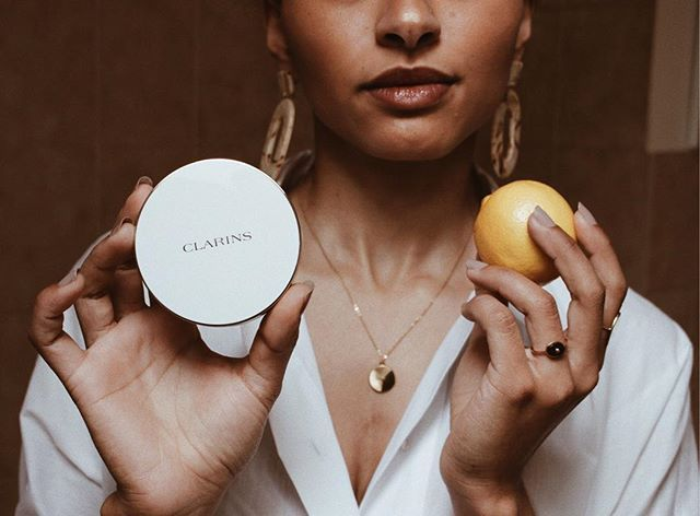 """I'd rather be interesting original & unique than follow the pack. Revel in who you truly are & be liberated.""  - @clarinsfr Everlasting Cushion SPF 50 [112 amber] Easy to apply and in 20 seconds my make up is done natural thats how the magic is done"