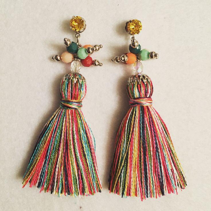 Orecchini con nappe e pon pon, in rafia, o cotone fatti a mano, pezzi unici, super colorati e leggeri... #campanelli #bell #orecchini #earrings #handmade #fattoamano #nappe #rafia #ponpon #spring17 #estate17 #musthave #bijoux #monorecchino #accessori #boho #bohochic #nappine #orecchininappe #gioielli #ss2017 #summer2017 #fashion #followme #wood #color #fun #enjoy #ibiza #nightlife #artigianato #pezziunici