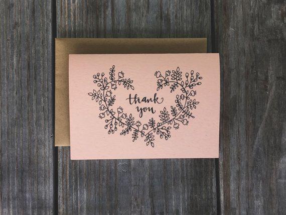 Set van 10, ontworpen 3.5 x 5 hand dank u kaarten, met gerecycleerde kraft enveloppen Al onze kaarten-sets zijn lege binnen. Onze dank u-sets zijn perfect voor bruiloften, douches, verjaardagsfeestjes, of elke gelegenheid die u wilt uw dankbaarheid uitdrukken! Gedrukt op 80# (natuurlijke) of 100# (alle andere kleuropties) papier uit Franse papier Gemaakt in Ohio - worden alle ontwerpen met de hand gedaan, gescand, gedrukt en gesneden door Champaign papier. Webwinkel Home: https:/...