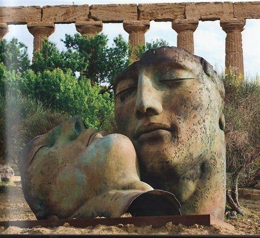 Igor Mitoraj, Hermanos, bronzo,  293 x 326 x 295 cm