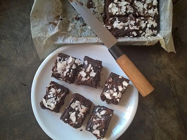 Jestem ogromną fanką czekoladowych wypieków. Uwielbiam ciasto czekoladowe z kaszy jaglaneji czekoladowe muffinki z buraków, ciasto czekoladowe z dyniiib