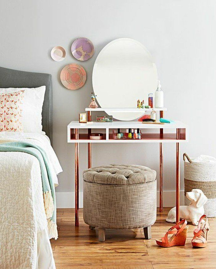 jolie coiffeuse avec miroir et un piétement en tube cuivre, chambre à coucher très élégante
