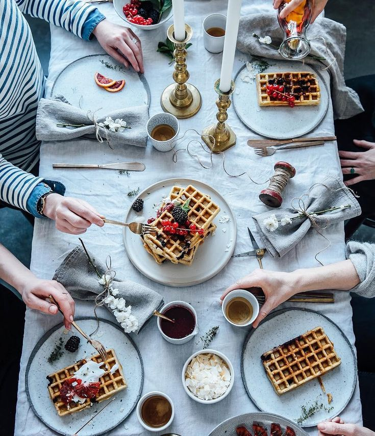 Sundays are made for waffles, right?!  Wouldn't mind having these again now with our lovely friends @verdenius @siforellana and @signebay ❤️ #thetravellingfoodband
