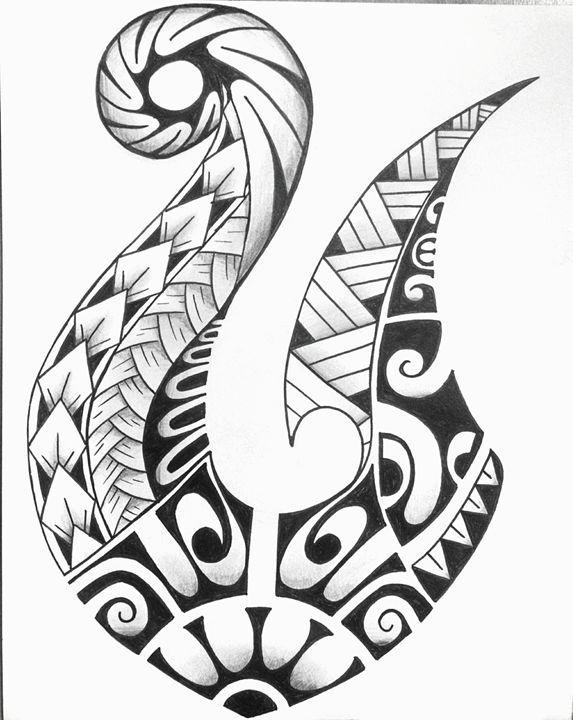 Hei matau o anzuelo El tatuaje hei matau es también conocido como el anzuelo. Es un símbolo tradicional maori que simboliza la prosperidad. Esto se debe a que la gastronomía maori consistía principalmente en platos de pescado, ya que en las zonas donde habitaban había grandes bancos de peces, el hecho de tener un anzuelo era sinónimo de prosperidad. También se utilizaba este símbolo para representar la fuerza, determinación y buena salud, o como amuleto para emprender un viaje por el mar…