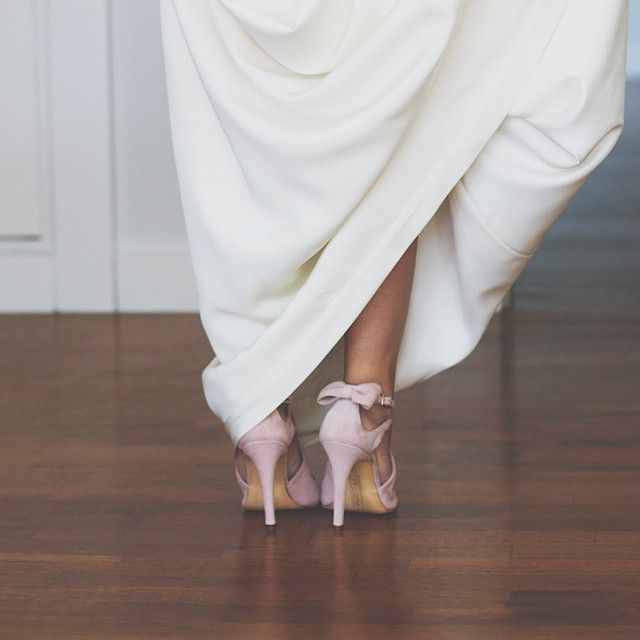 #detalle #lazos #zapatos #novia #moda #boda #lacitos #shoes #weddings #weddingshoes #fashion #pink #suede #Foto @larranagaonline #JorgeLarrañaga buy/comprar: www.jorgelarranaga.com/es/home/199-327.html