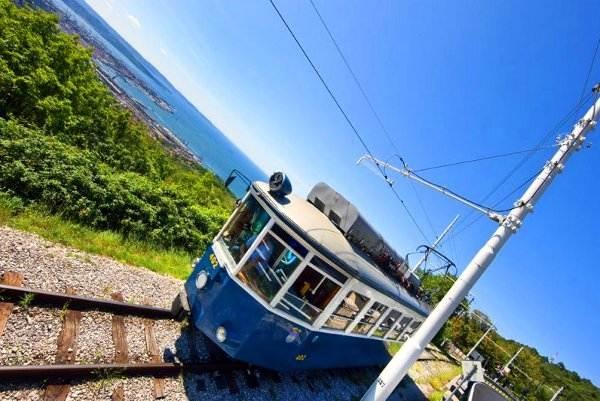 LA TRENOVIA DI OPICINA Da Trieste si arriva ad Opicina con una pittoresca tranvia del primo Novecento perfettamente conservata e funzionante. A tal punto da riuscire a scalare una pendenza del 26%.