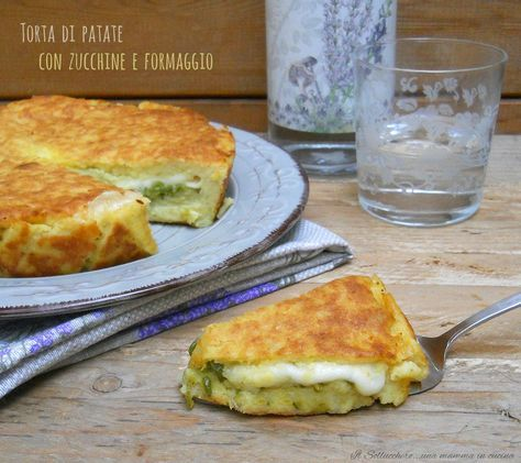 La torta di patate con zucchine e formaggio è un secondo che potete preparare in anticipo. Servita fredda, tagliata a cubetti, è un delizioso aperitivo.