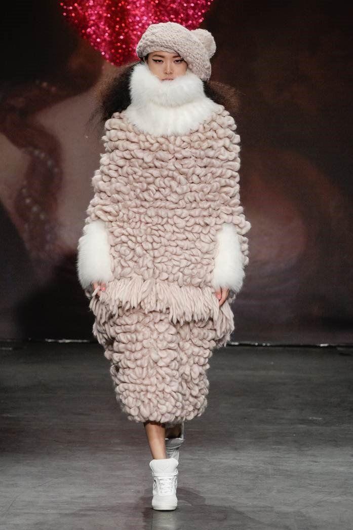 Insteken, omslaan, ... breiwerk van Chanel tot Westwood, 12 december 2015-13 maart 2016 (Hand Knit Loop (Christopher Dadey for SIBLING))