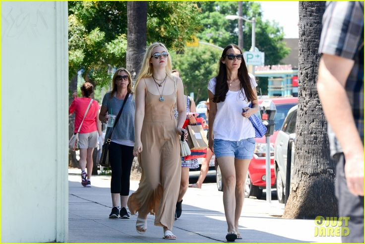 elle fanning mother daughter shopping trip 04 Elle Fanning rocks a neutral toned maxi-dress as she steps out to do some shopping on Sunday (August 18) in Studio City, Calif.    The 15-year-old actress was joined…