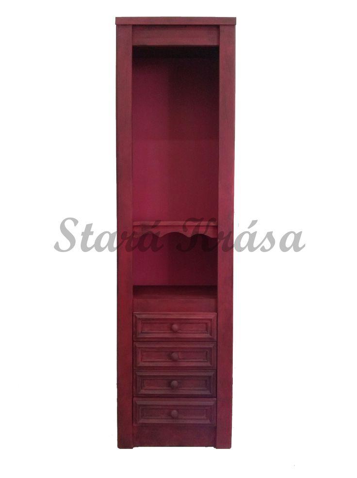Červená komoda - knihovna v retro stylu. Opotřebovaný vzhled.