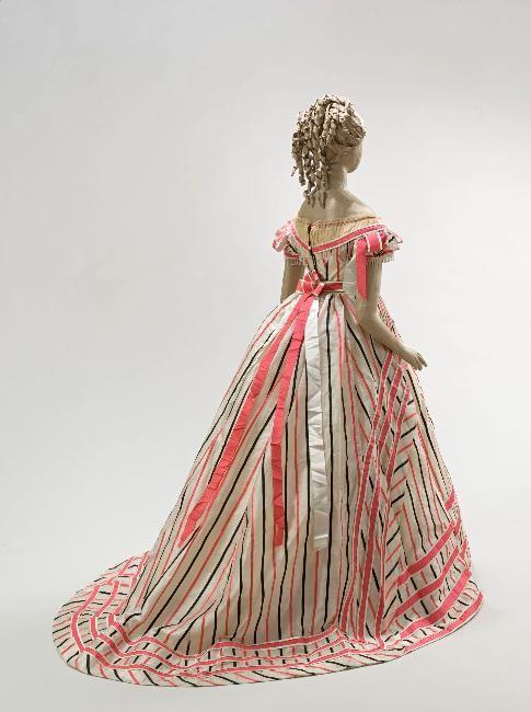 Evening gown ca. 1866 Décolleté bordé de tulle plissé, lacé dos, mancherons en tulle.