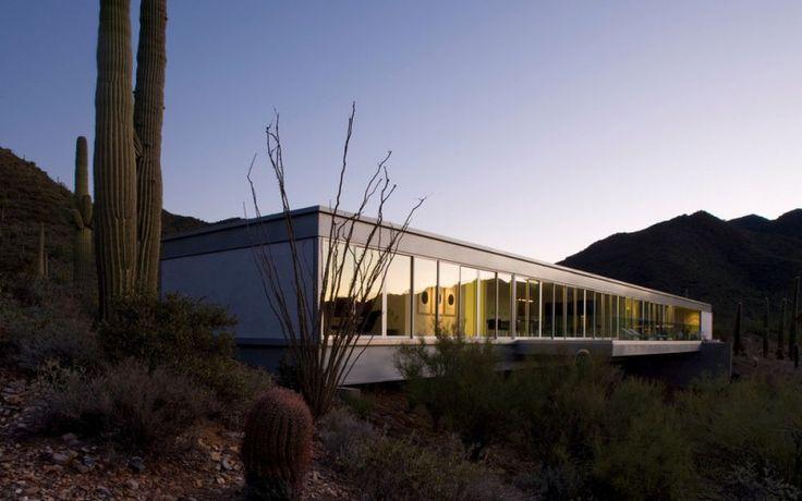 Минималистский одноэтажный дом в горах с большим количеством современного искусства