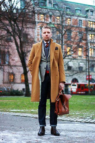 キャメル色のコートとの組み合わせが◎参考にしたいビジネスバッグのスタイル。