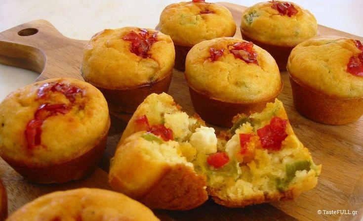 Αγαπώ τα muffins και στις γλυκές και τις αλμυρές τους εκδοχές, γιατί είναι η εύκολη μορφή κέϊκ που μπορούμε να φτιάξουμε. Δεν θέλουν μίξερ, απλά να βραχούν τα υλικά και να διαλυθεί το αλεύρι. Δεν θέλουν κόπο, δύο μπολ μόνο, ένα για τα υγρά και ένα για τα στεγνά υλικά. Αν έχετε αντικολλητική φόρμα, λαδώστε …