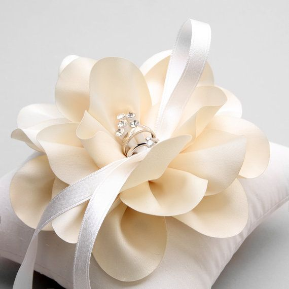 Ivory ring pillow wedding ring bearer pillow por louloudimeli