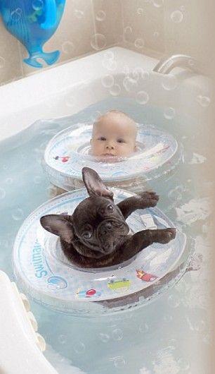 3. Samen in bad  - Baby en Franse bulldog gaan met elkaar om als broertjes  - Nieuws - Lifestyle