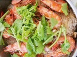 Crab Or Shrimp Pot :Crab or Shrimp with silver noodle, garlic, pepper and celery served in the pot from Pattaya Bay Restaurant in Los Angeles #Food #Carb #Shrimp #Restaurant forked.com