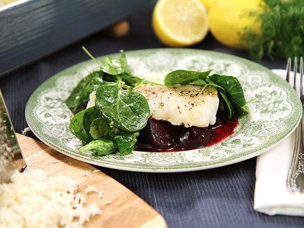 Ugnsbakad torsk med honungsglacerade rödbetor, pepparrotskräm och örtig spenatsallad. Färgglad rätt med mycket smak.