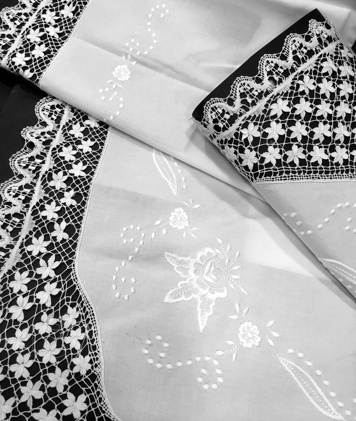 """Sábana encimera blanca de Algodón peinado 100%. Embozo decorado con aplicaciones de encaje de bolillos realizados a mano y con un bordado de motivos florales. Este encaje se denomina """"LAS MARGARITAS"""" y tiene un alto nivel de dificultad. Se puede confeccionar por encargo en cualquier otro tamaño de cama. Producto bordado en España de forma artesanal. Recuerda que puedes personalizar las sábanas bordando tus iniciales. Puedes comprar estas sábanas en nuestra página web: www.lagarterana.com"""